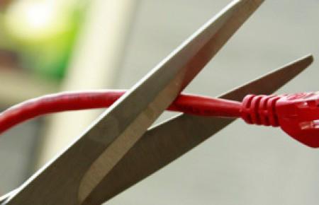 Schere schneidet Netzwerkkabel ab